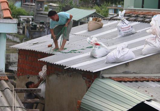 Chằng chống nhà cửa chống bão, người đàn ông té ngã tử vong