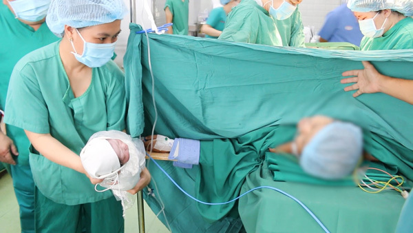 Ung thư ác tính khi mang thai, cả mẹ và con được bác sĩ cứu sống
