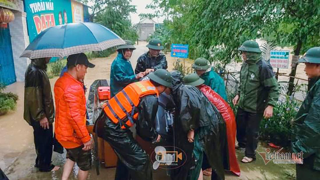 Bộ đội Nghệ An vượt lũ cứu sống ba người dân