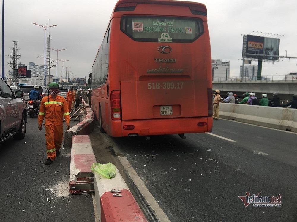 Xe khách 'làm xiếc' trên cầu Sài Gòn, giao thông tê liệt