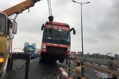 """Xe khách """"làm xiếc"""" trên cầu Sài Gòn, giao thông tê liệt"""