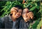 Bộ ảnh 'tình tứ' ở vườn cà phê của vợ chồng Kon Tum gây sốt