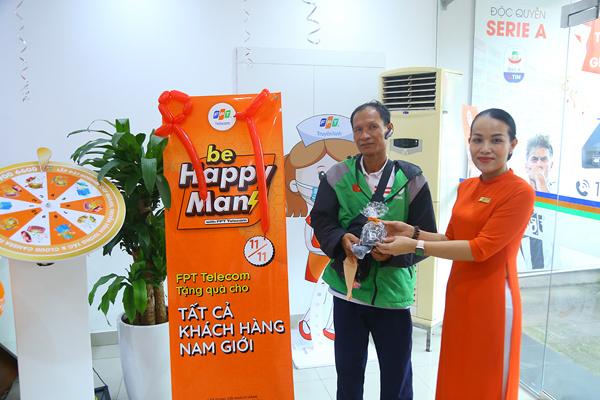 FPT Telecom trao hàng ngàn quà tặng cho khách hàng nam ngày 11/11