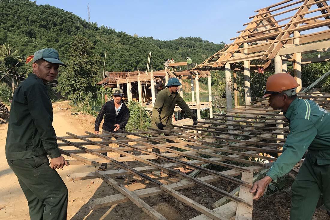 Chân núi sụt toác hình vòng cung, di dời hàng chục hộ dân ở Nghệ An
