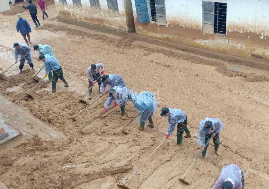 Công an Quảng Trị lấm lem bùn đất giúp dân dọn dẹp sau lũ lịch sử