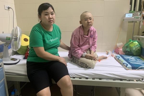 Bé gái ung thư xương khóc đòi mẹ trả lại chân sau phẫu thuật