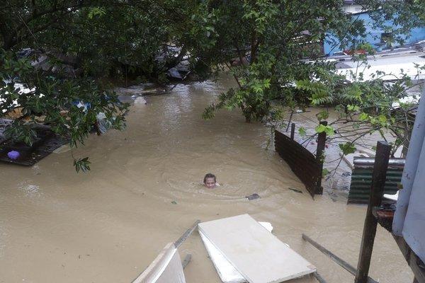 Bão lớn Vamco đổ bộ Philippines, dân trèo nóc nhà tránh lũ