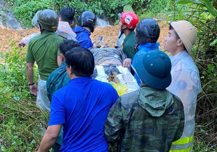 Bới đất đá tìm người mất tích trong vụ sạt lở chồng sạt lở ở Quảng Nam