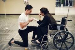 Kim Lý quỳ gối cầu hôn khiến Hồ Ngọc Hà bật khóc