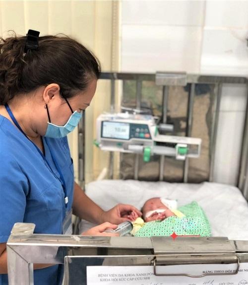Bé trai 4 tháng tuổi suy hô hấp nặng bị bỏ rơi ở cổng chùa