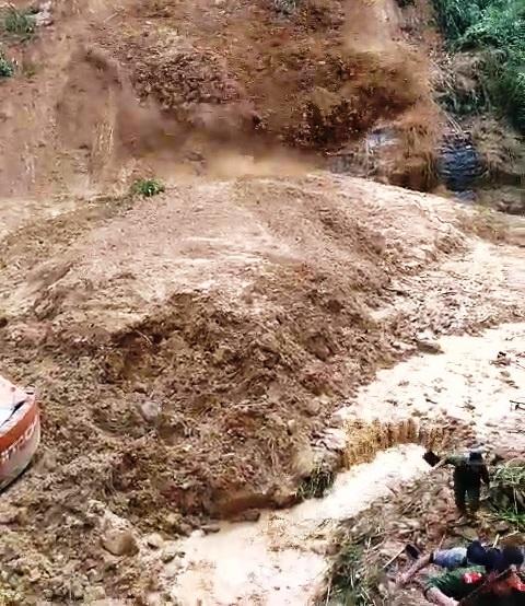 Lại sạt lở khủng khiếp ở Quảng Nam, hàng chục người thoát chết trong gang tấc