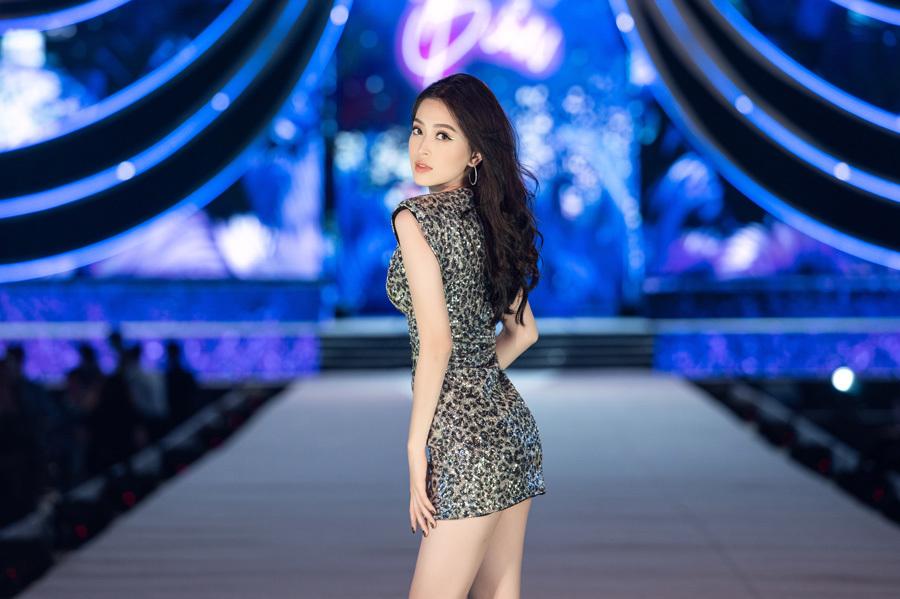 Tiểu Vy, Thuỵ Vân gợi cảm với dàn người đẹp