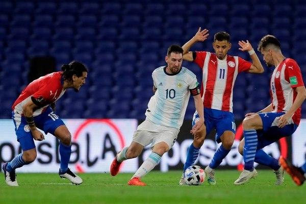 Messi bị VAR cướp bàn thắng, Argentina ngậm ngùi chia điểm Paraguay