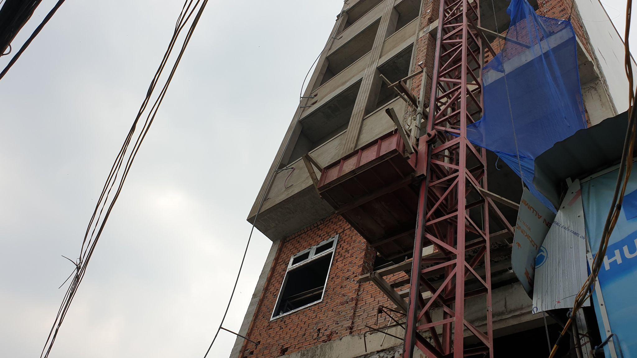 Giàn giáo công trình đổ sập, ba công nhân rơi xuống đất