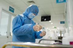 Ba mẹ con ở Hà Nội mắc Covid-19 khi về nước
