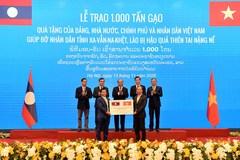 """""""Hạt gạo cắn đôi, cọng rau bẻ nửa"""", Việt Nam tặng Lào 1.000 tấn gạo"""
