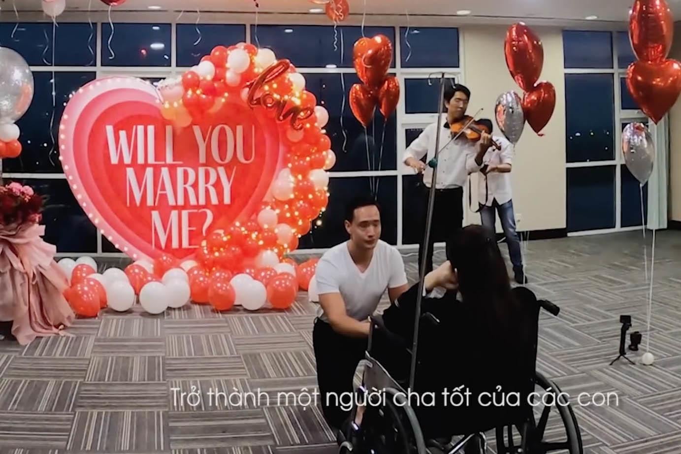 Clip Hồ Ngọc Hà nức nở khi Kim Lý quỳ gối cầu hôn