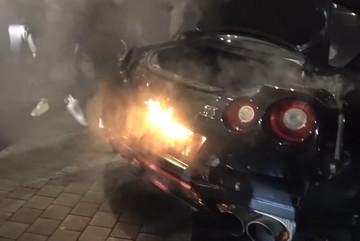 """Sau màn """"nẹt pô khạc lửa"""" Nissan GT-R bốc cháy dữ dội"""