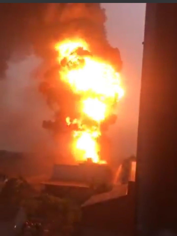 Cháy xưởng gỗ giữa khu dân cư, khói lửa bốc cao ngút trời