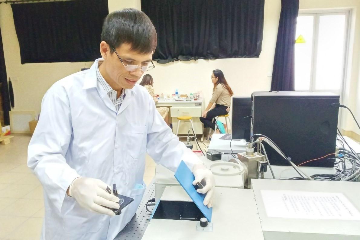 Thầy Vũ Văn Cát tại phòng nghiên cứu ở Trường ĐH Bách khoa Hà Nội.