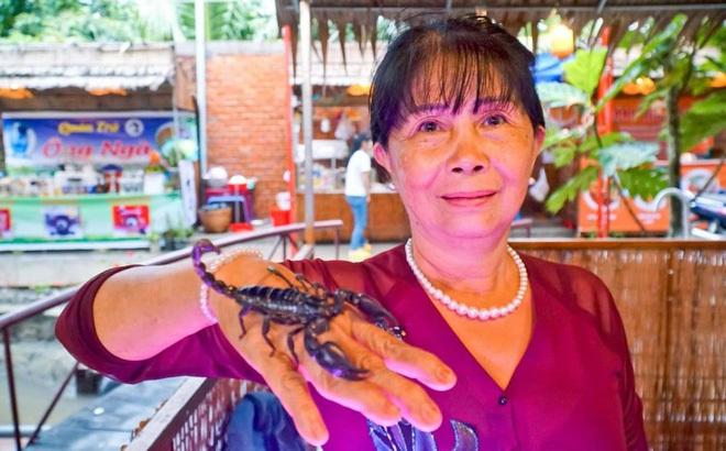 Người phụ nữ miền Tây thuần hoá loài bọ cạp đáng sợ