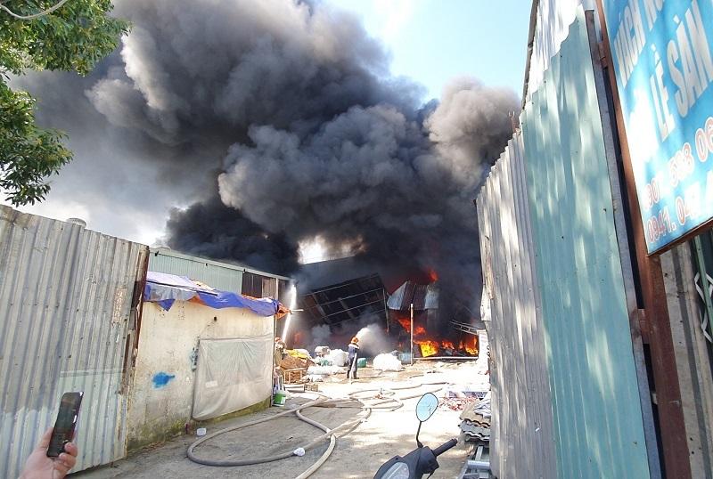 Vựa phế liệu sát khu dân cư ở Bình Dương bốc cháy nghi ngút