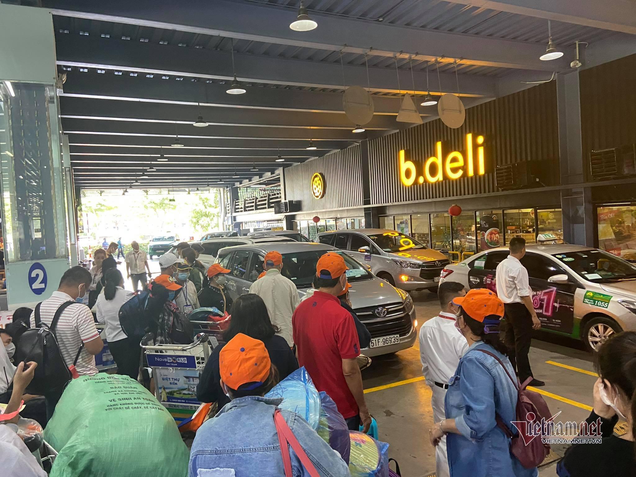 Xe công nghệ 'hết đường' đón khách trong sân bay Tân Sơn Nhất