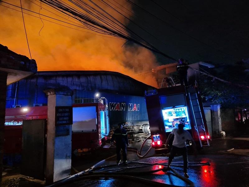 Công ty gỗ trong khu dân cư ở Bình Dương bốc cháy dữ dội