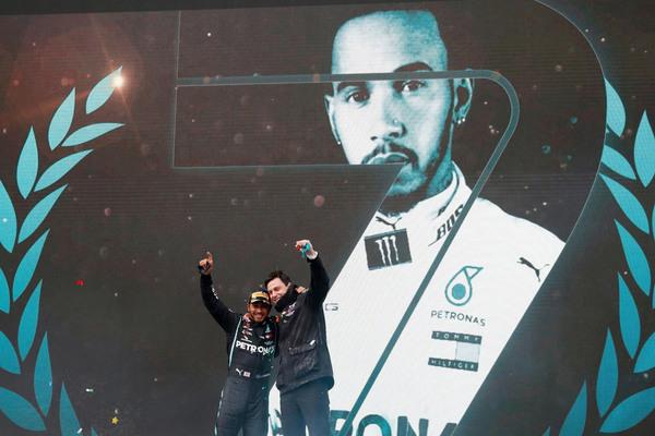 Hamilton sánh ngang Schumacher, 7 lần vô địch F1