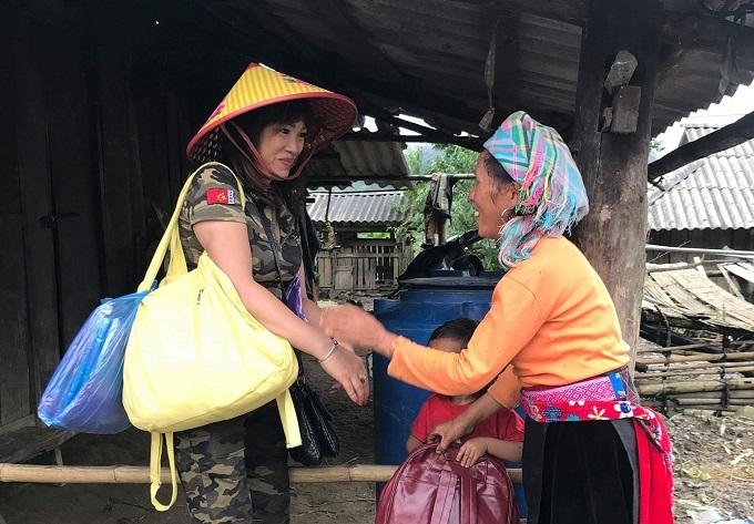 Nữ giáo viên tặng 1000 chiếc áo dài cho đồng nghiệp miền Trung