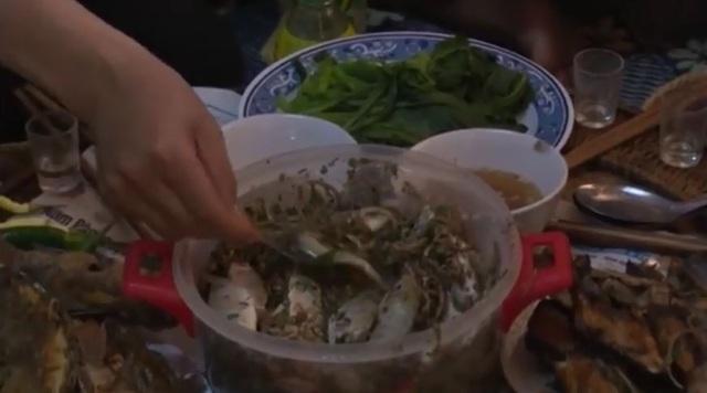 Đáng sợ loạt đặc sản ăn sống khiến khách Tây 'khóc thét' ở Việt Nam