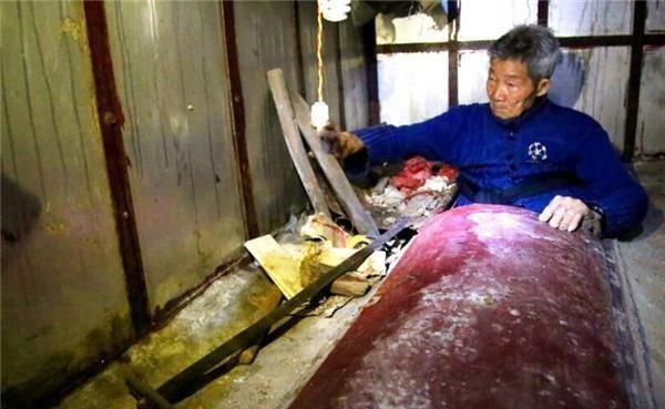 Không còn vợ con, cụ ông 94 tuổi xây mộ, ngủ trong quan tài mỗi tối