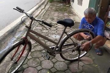 Người đàn ông 13 năm 'giải phẫu' xe cũ, gửi tặng học sinh miền núi