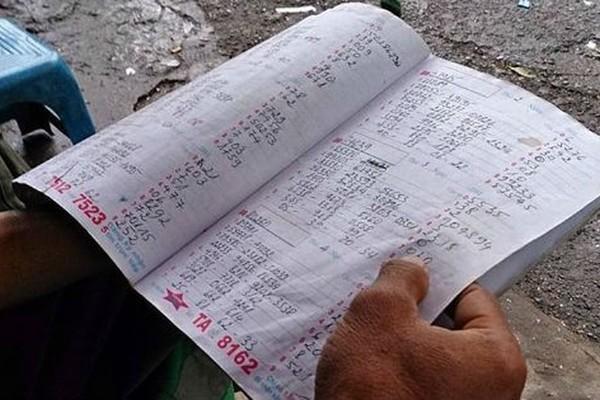 Mang xăng đến nhà 'con bạc' dọa đốt để đòi tiền ở Hà Nội