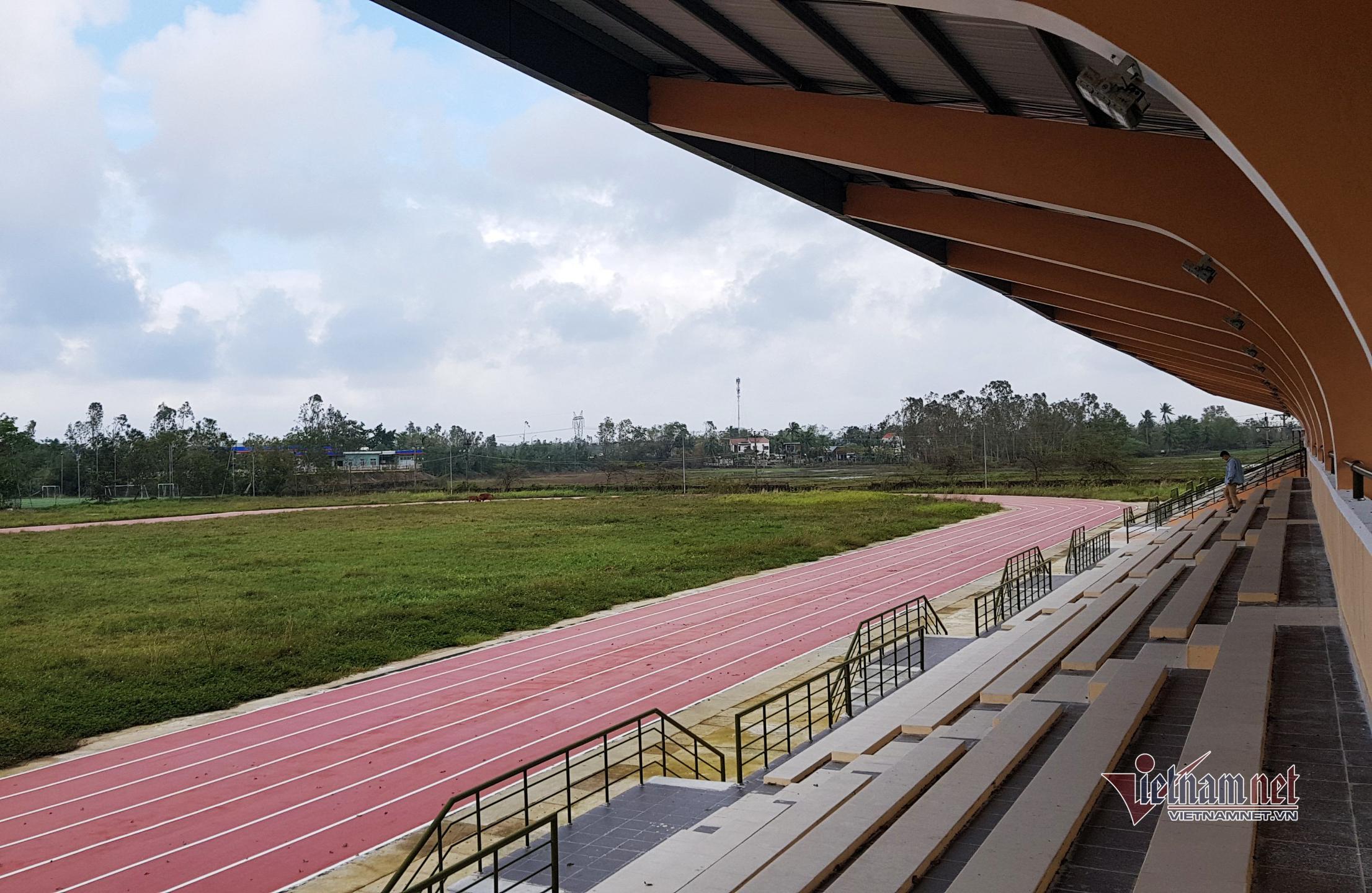 Sân vận động tiền tỷ chưa bàn giao đã trở thành nơi nuôi bò