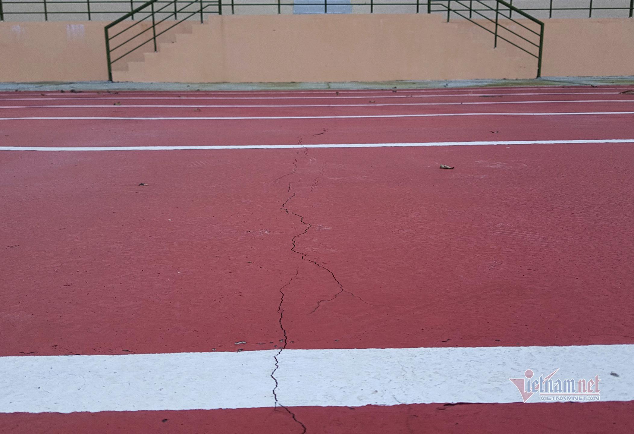 Chủ tịch huyện nói lý do sân vận động tiền tỷ chưa bàn giao đã nứt toác