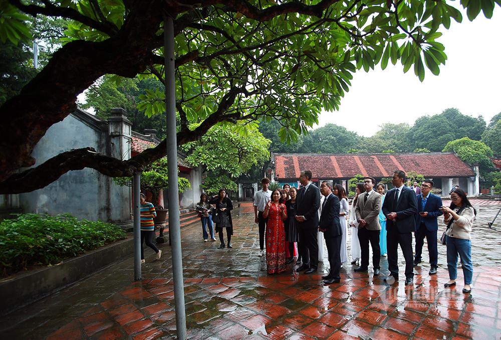 Đại sứ Mỹ đến thăm Văn Miếu nhân ngày nhà giáo Việt Nam