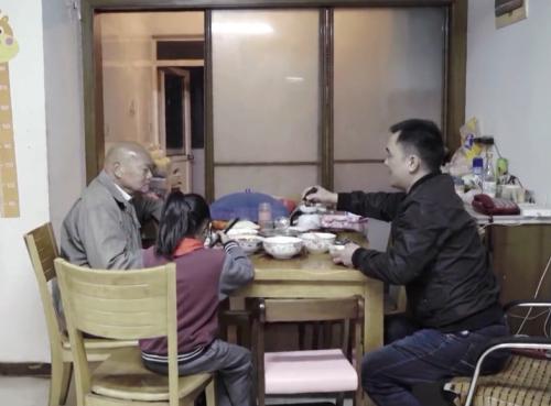 Cụ ông 88 tuổi tặng hơn 10 tỷ đồng cho người bán hoa quả