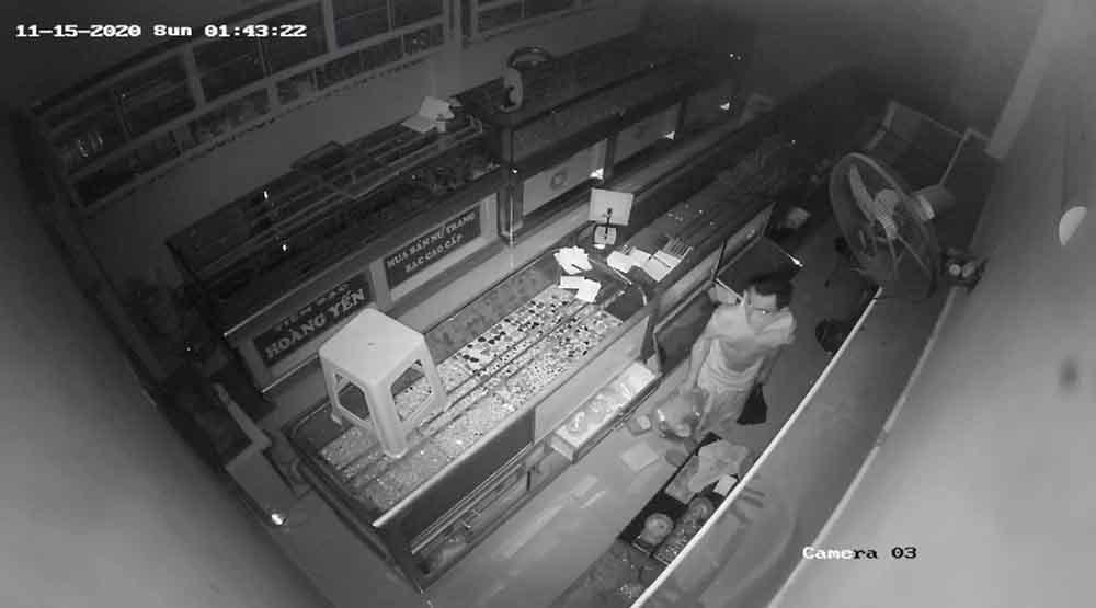 Trộm đột nhập tiệm bạc ở Sài Gòn, lấy sạch trang sức tiền tỷ