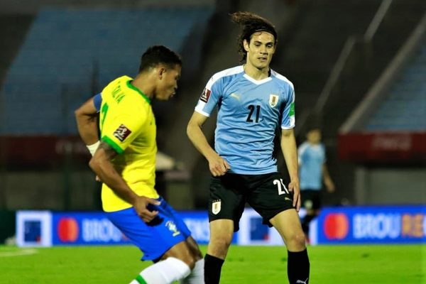 Cavani ăn thẻ đỏ, Uruguay phơi áo trước Brazil