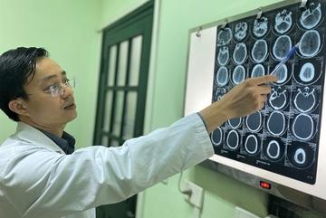 Nổ bình ga mini khi nấu ăn, người đàn ông chấn thương sọ não, bay bàn tay phải
