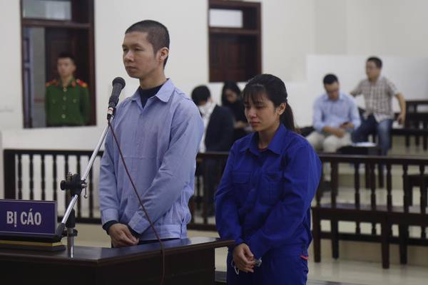 Người phụ nữ hành hạ con 3 tuổi đến chết quỳ xin lỗi mẹ ở tòa