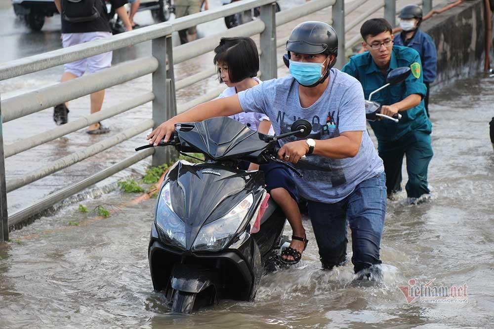 Đường Cần Thơ biến thành sông, người dân vật lộn với dòng nước sâu