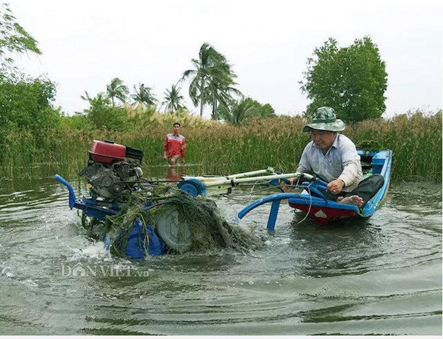 Một ông nông dân sáng chế máy cày siêu nhẹ 'bơi' như cá, hơn hẳn máy Nga, máy Trung Quốc