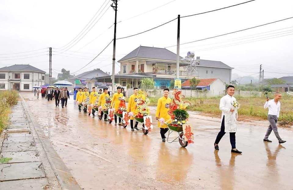 Chú rể Thái Nguyên xách xe rùa đi ăn hàng xóm