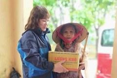 Nữ giáo viên quyên góp 1000 áo dài tặng các đồng nghiệp miền Trung