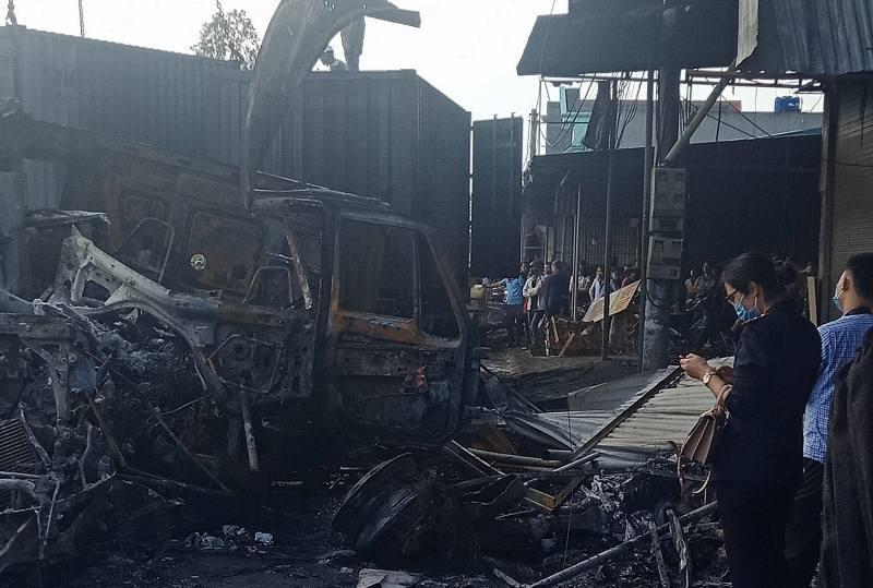 Xe đầu kéo gây tai nạn làm cháy 3 nhà dân, tài xế tử vong