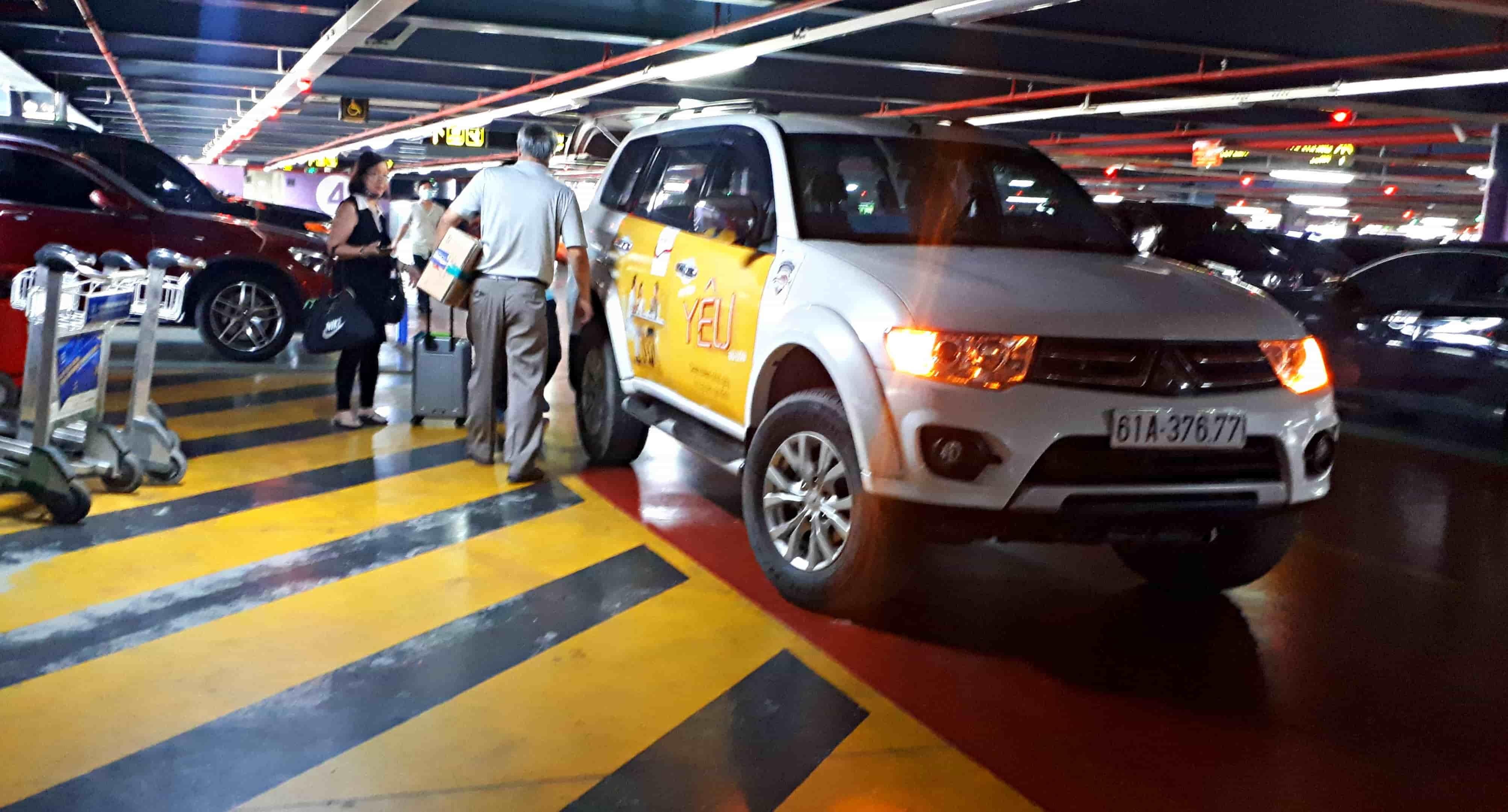 Hành khách cám cảnh trước việc leo 4 lầu chờ taxi công nghệ