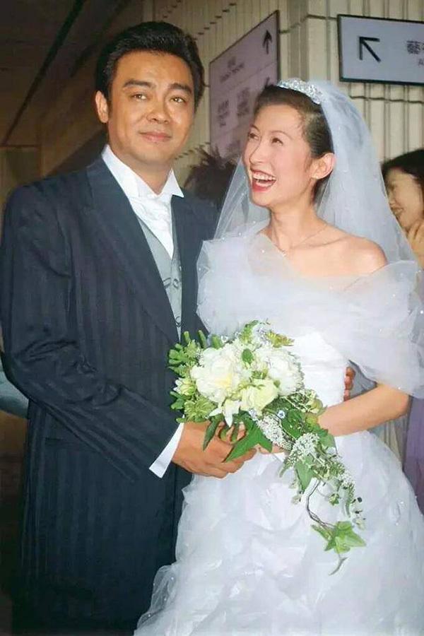 Hoa hậu Hong Kong 53 tuổi vẫn xinh đẹp, tươi tắn bên ông xã