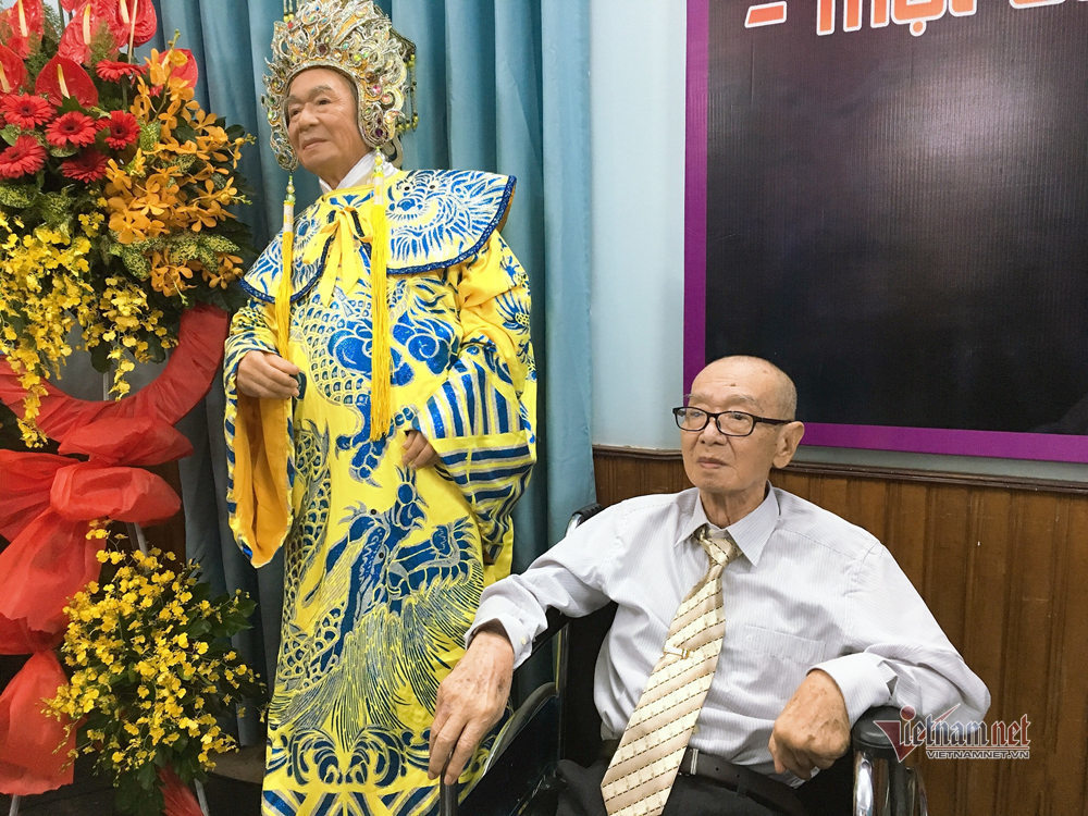 NSND Đinh Bằng Phi ngồi xe lăn dự triển lãm vinh danh mình